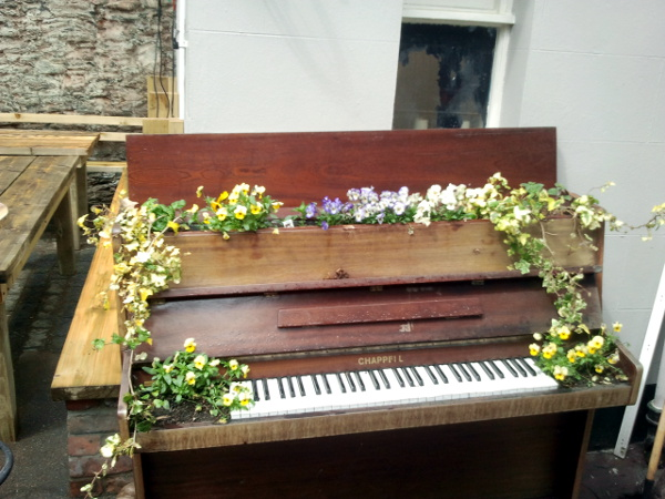 Piano used as a planter